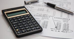 rekenmachine op financieel formulier