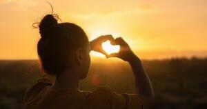 hartje gemaakt met handen over de zon